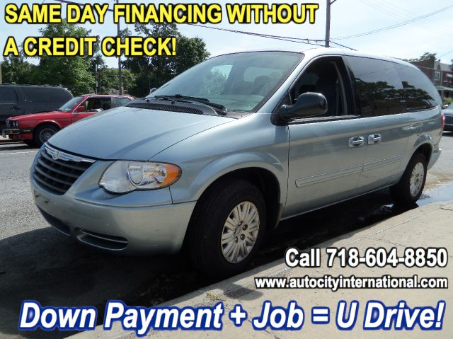 2006 Chrysler Town and Country LS Flex Fuel 4x4 This Is One Of Our Best Bargains