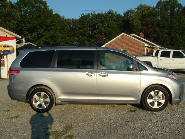 toyota sienna avalanche 4x4 close
